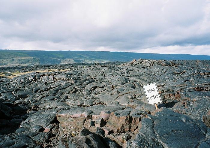 キラウエア火山の溶岩_ROAD_CLOSED