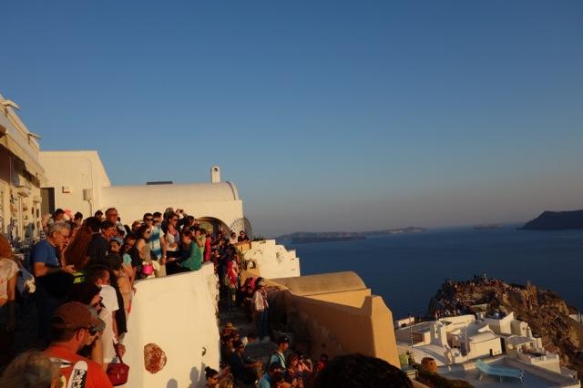 サントリーニ島イアの夕日を見る人達