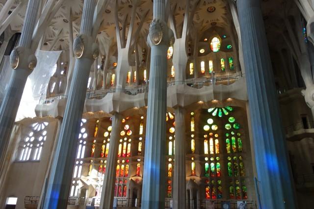 サグラダファミリア ステンドグラスと柱
