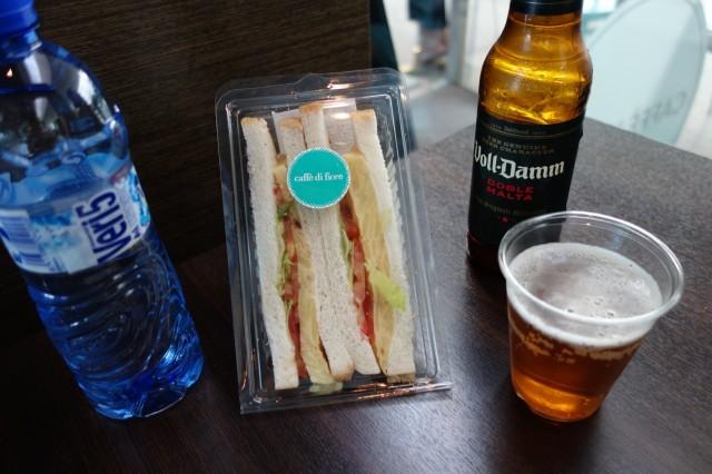 バルセロナ空港のカフェでビールとサンドウィッチ