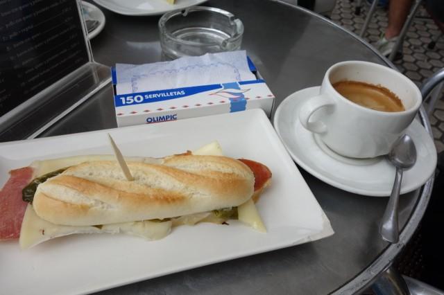 サンセバスチャンのカフェで朝食