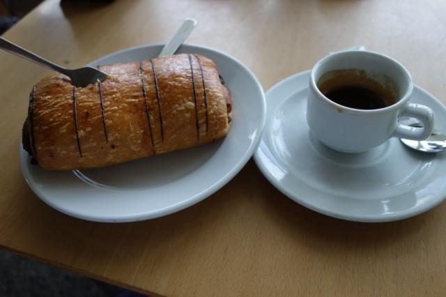 ビルバオ空港のカフェで朝食