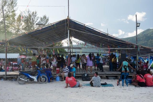 リペ島のお祭りで思い思いに踊る人達
