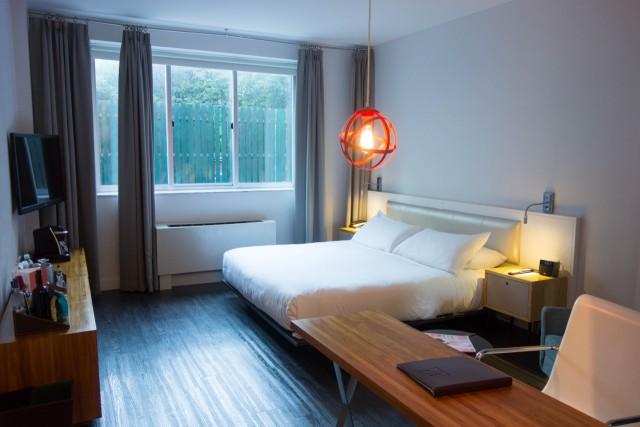 NU HOTEL キングサイズベッドの部屋