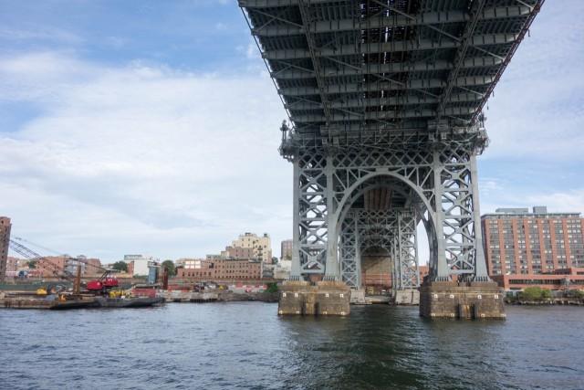 ウイリアムズバーグ橋をくぐる