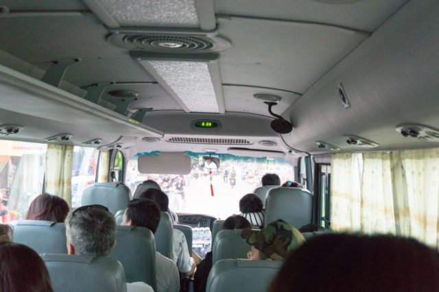 バスで海に向かう