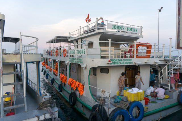 イカ釣りツアーの船