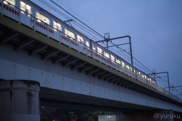 夕暮れの電車の明かり