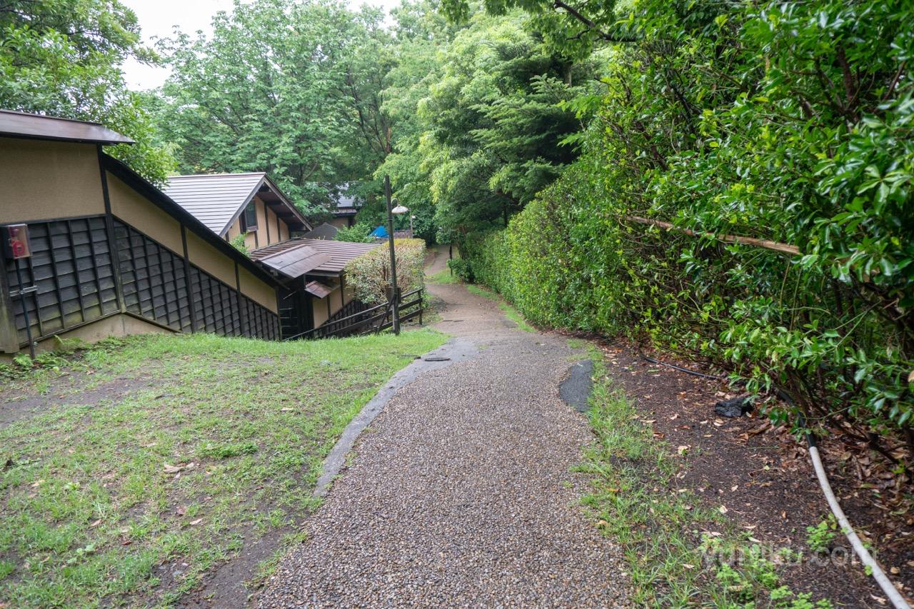 竹ぶえ近辺の急な勾配の坂