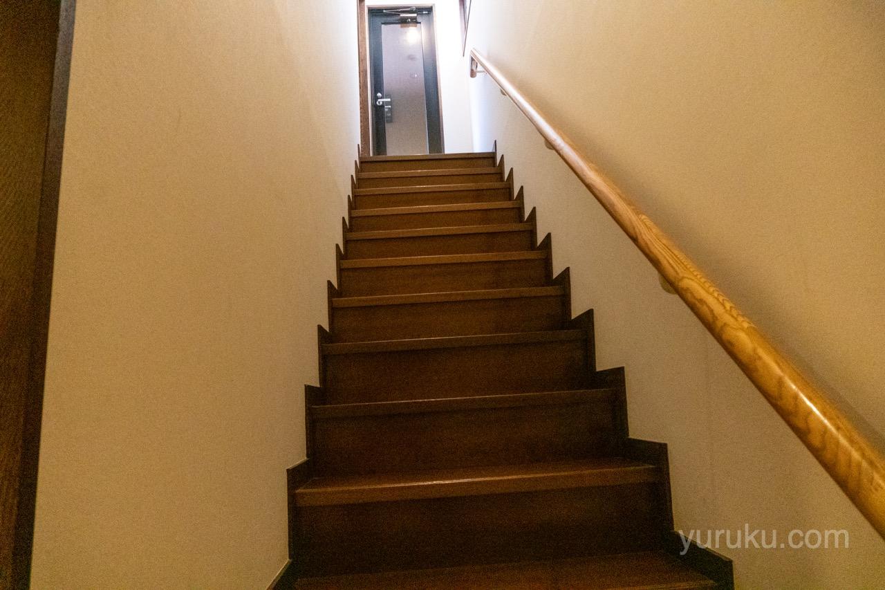 2階につづく階段