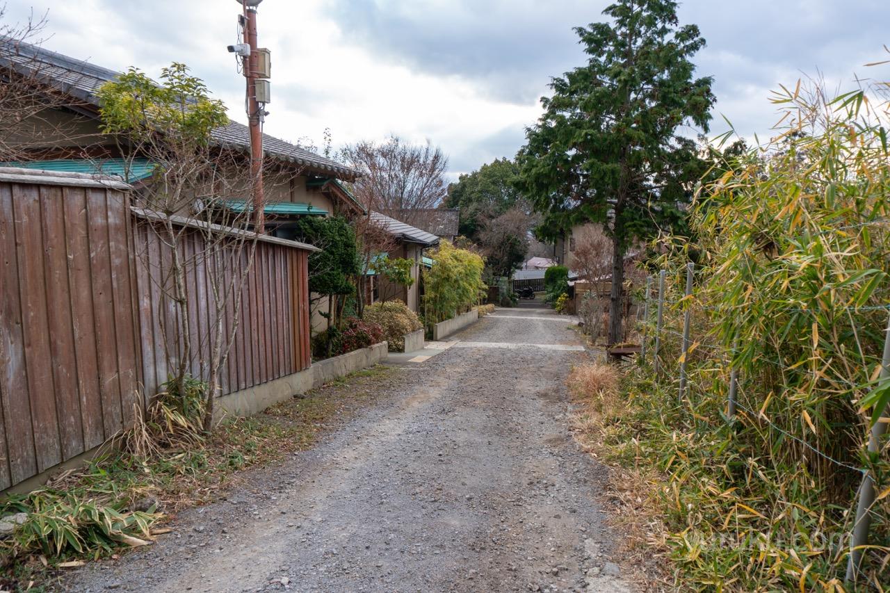 敷地内の通路(反対側から)