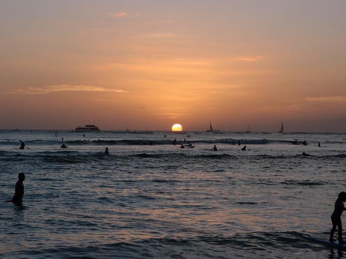 [ハワイ旅行] ワイキキビーチに日が沈む